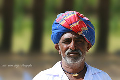 Indien dans le Gujarat - India (jmboyer) Tags: voyage travel portrait people india tourism face rural portraits canon photography photo eyes asia flickr faces photos expression retrato couleurs indian traditional picture culture tribal viajes lonely asie lonelyplanet turban sikh monde ethnic minority couleur islamic gettyimages gujarat tourisme visage inde reportage nationalgeographic  minorities travelphotography googleimage  go indiatourism colorsofindia incredibleindia indedunord indedusud photoflickr photosflickr canonfrance earthasia photosyahoo imagesgoogle artofimages raijpoute northemindia photogo nationalgeographie jmboyer photosgoogleearth guj4736