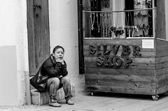 Cansada d'esperar (Frederic Bofill) Tags: eivissa gent dona maig 2016 lamarina