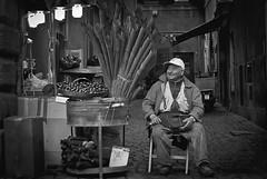 El castañero (Francisco Esteve Herrero) Tags: blackandwhite rome roma blancoynegro vendedor trevi castañas castañero fontana 2013 lafontanaditrevi castañasasadas franciscoesteveherrero