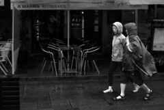 Sob a chuva de Outono (Under the autumn rain) (A. Paulo C. M. Oliveira) Tags: portrait bw white black portugal nikon retrato snapshot pb peoples porto and pretoebranco gentes instantneo d3000