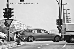 Torino, Via Tirreno (diegofornero (destino2003)) Tags: street cars torino traffic turin trafficjam traffico streetcandid giornalaio