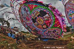 Majestuoso Asenso.jpg (Luis Valencia Aguilar) Tags: santiago flickr retrato guatemala cementerio tumbas indigenas tradiciones folcklore barriletes sacatepequez
