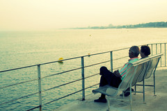 Resumiendo (KARNATION) Tags: mar mediterraneo pareja cambrils tarragona pensativos costadorada observadores karnation cosadaurada