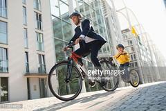 biciclettacitta-fotografia-orizzontale-duepersone-caucasico (quintaainveruno) Tags: fotografia bambino adulto duepersone orizzontale caucasico biciclettacittà