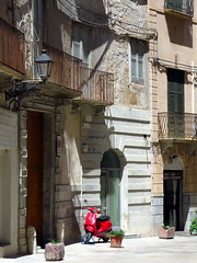 Le Vespa rouge (LILI 296....) Tags: rouge vespa maison rue balcon lampadaire trapani sicile croisiredefrance canonpowershotg16