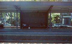 Sueo linyera en Haedo (Barcoborracho) Tags: film tren analgica f16 400 yashicaelectro35gsn pelcula andn provinciadebuenosaires haedo kodakultramax400