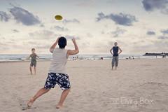 Frisbee (elvira boix) Tags: sunset playing beach atardecer sand diego playa arena frisbee pepe juego castellon nstor platjadelserradal