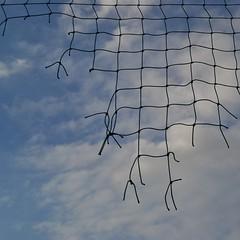 Icarus the flying trapezist (TheManWhoPlantedTrees) Tags: blue net lines clouds nuvens blueskies icarus netting rede nós quadrado bsquare skyfall quadratum nikond3100 tmwpt