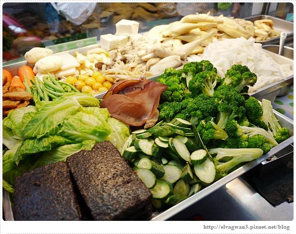 [捷運美食●公館站]  學生都愛的小吃–高纖蔬菜鹹水雞 & 想吃就得乖乖排隊的龍哥無骨雞腿排