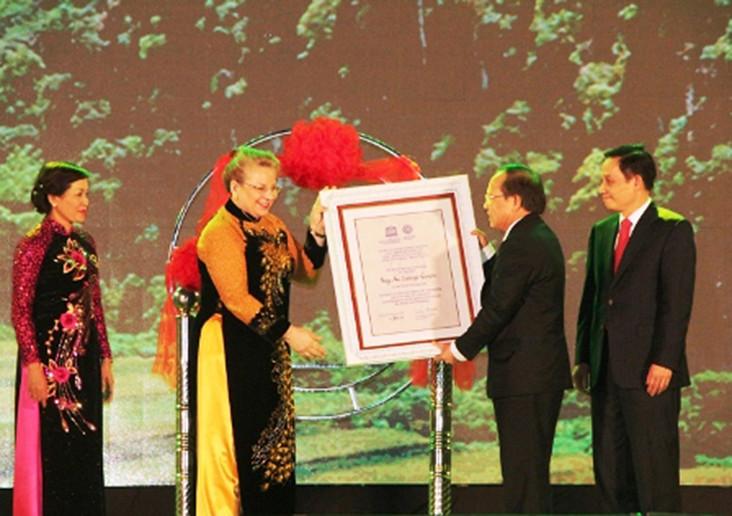 Bà Katherine Muller - Marin, Trưởng đại diện UNESCO tại Việt Nam trao bằng ghi nhận Di sản Văn hóa và Thiên nhiên thế giới tới đại diện lãnh đạo tỉnh Ninh Bình