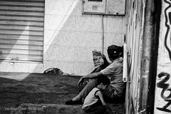 Espera Familiar (Lex Arias / LeoAr Photography) Tags: street blackandwhite bw blancoynegro monochrome monocromo calle nikon artistic venezuela streetphotography monochromatic bn barquisimeto 2016 callejera fotografacallejera nikond3100 everybodystreet leoarphotography lexarias iglexariasphotos