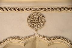 Wet Stucco motif on a an arch (VinayakH) Tags: india graves hyderabad tombs carvings necropolis nizam nobility paigah paigahtombs telangana maqhbarashamsalumara