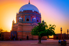 richer or poor...end is the same (Fortunes2011. Haunting Nostalgia) Tags: pakistan sunset sky sunlight tree grave saint architecture shrine minaret bricks mosque mausoleum dome pillars sufi sufism masjid minarets islamicarchitecture multan placeofworship worshipers shahruknealam fortunes2011nikon