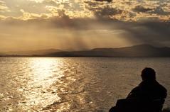 vendo a vida passar... (Ruby Ferreira ®) Tags: sunset clouds bench silhouettes pôrdosol nuvens layers ripples rays montanhas montains silhuetas sescdecacupésc