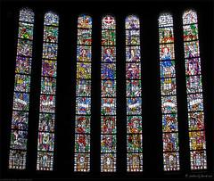 Een van de glas in lood vensters van de kapel