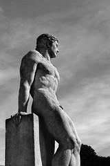 L'HOMME (Alain ♥) Tags: sky bw sculpture paris statue rock pierre himmel nb ciel stein 1937 palaisdechaillot chaillot parsi lhomme pierretraverse