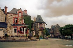Rochefort-en-Terre (Setsukoh) Tags: road street old city light sky cloud sun house france rain stone architecture restaurant soleil town hostel frankreich brittany village lumire pierre pluie bretagne medieval breizh ciel granite slate nuage maison rue sonne morbihan ardoise rocher vieux breton auberge ancien middleage rochefort moyenge schist nuageux mdival rochefortenterre brochall strase schiste argoat charg rochanargoed lesardoisires villageprfrdesfranais rupesfortis rocherdelargoat