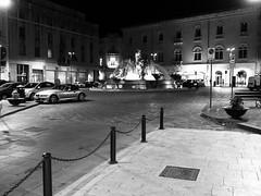 Siracusa_240_1718 (Dubliner_900) Tags: bw fountain monochrome nightshot olympus sicily fontana sicilia siracusa biancoenero notturno siracuse fontanadidiana micro43 handshold mzuikodigital17mm118 omdem5markii
