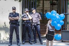 Manifestazione a Siviglia (Laura Zulian) Tags: streetphotography siviglia sevilla espana manifestazione police baloon blu blue stolenshot scattirubati fotogiornalismo