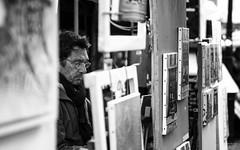 Pittore, Montmartre (Ricardo Alguacil) Tags: street bw white black paris france byn blanco canon photography eos artist negro streetphotography montmartre painter 7d ricardo francia bianco nero pintor artista parigi pittore 2470 alguacil ricardoalguacil