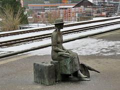 Thusis, 24.1.15 (ritsch48) Tags: bronze skulptur bahnhof rhb rhätischebahn thusis robertindermaur diereisende