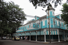 New Orleans - Colourful Eatery (Drriss & Marrionn) Tags: street blue usa house building architecture buildings outdoor balcony neworleans diner balconies gardendistrict streetviews neworleansla housestyle streetdetails neworleanscitytrip