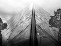 Pyramide du Louvre (olipennell) Tags: paris france glass monochrome architecture blackwhite frankreich ledefrance louvre architektur fr gebude pyramidedulouvre schwarzweis