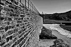 Au bout du mur...! (Patevy Damant) Tags: bw d610 exterieur jour lignes monochrome nb nikon paysage pyreneesorientales texture