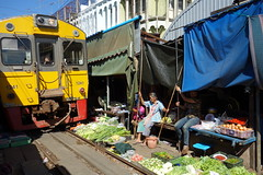 สถานีรถไฟแม่กลอง (m-louis) Tags: people train thailand market sony railway maeklong rx100 สถานีรถไฟแม่กลอง