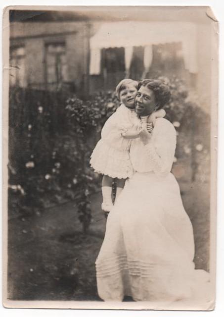 NANNA AND DAD 1910