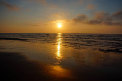 Sunset (San M. Photography) Tags: light sunset mer sunlight holiday france beach strand soleil spring frankreich warm sonnenuntergang horizon discovery nordpasdecalais plage printemps manche coucherdesoleil frhling capblancnez escalles rmelkanal englishchanel cotedopale