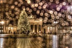 Das Weihnachtliche Brandenburger Tor bei Regen (dersgtdan) Tags: christmas xmas berlin rain germany weihnachten deutschland pentax bokeh platz tor weihnachtsbaum brandenburger dri hdr regen k3 pariser 18135 tonemapping