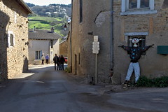 Epouvantail au coin de la rue (Chemose) Tags: street france canon eos countryside spring village burgundy scarecrow 7d april rue bourgogne campagne avril printemps pouvantail bourgognedusud sologny southburgundy