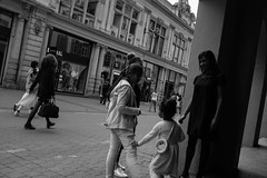 _DSF0386 (Marion H Photo) Tags: street city people white black monochrome photography live fujifilm x100t