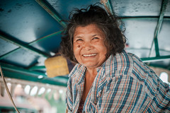 Thailand - Driving the boat (Cyrielle Beaubois) Tags: old portrait woman smile thailand asia happiness thalande thai asie southeast 2015 canoneos5dmarkii cyriellebeaubois