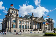 O Parlamento Alemo (Der Reichstag) (Jhonnilo) Tags: building berlin azul bandeira germany deutschland europa europe flag union reichstag der bundestag regierung ceu sede berlim berliner alemanha volk palacio parlamento construo governo