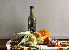 Para un buen puchero (leograttoni) Tags: stilllife bottle buenosaires interior onion botella naturemorte vegetales cebolla laplata ajo naturalezamuerta choclo zapallo