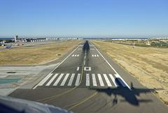 PISTA, VELOCIDAD... Y SOMBRA (Cumulonikon) Tags: airport nikon landing alicante airbus d750 aeropuerto runway a320 alc aterrizaje leal baa4469