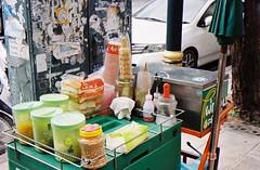 Thai Ices - Bangkok (35mm) (jcbkk1956) Tags: street film analog 35mm thailand bangkok icecream thai cart streetfood streetvendors carlzeiss kodacolor200 thonglo contaxrts 45mmf28