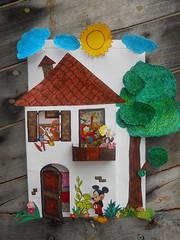 casetta tridimensionale con personaggi ritagliati disney
