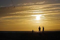 jugando a la cometa (Loren_VC) Tags: family sunset espaa beach familia atardecer andaluca play sundown perfil playa juego cdiz zahara cometa zaharadelosatunes superhearts canoneos1100d