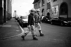 men at work (gato-gato-gato) Tags: street winter bw white black blanco monochrome person schweiz switzerland abend flickr noir suisse strasse zurich negro streetphotography pedestrian olympus human pointandshoot streetphoto monochrom zrich svizzera sonne weiss zuerich blanc schwarz onthestreets passant mensch sviss autofocus feierabend zwitserland maerz mittwoch isvire zurigo streetphotographer fussgnger mft zueri strase streetpic gatogatogato fusgnger microfourthirds wwwgatogatogatoch streettogs olympusomdem5 omdem5