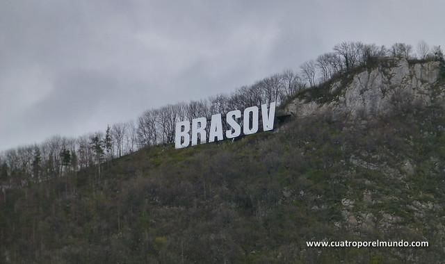 A la mañana siguiente conseguimos ver las letras de Brasov en la colina