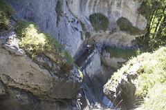 Trummelbachfalle - vista de cima das rochas e pessoa olhando as quedas d'agua (CartasemPortador) Tags: bern lauterbrunnen cachoeira quedas interlaken dgua trmmelbach trmmelbachflle