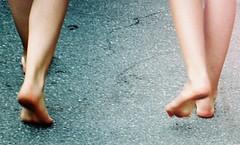 Walking barefoot (sirio174 (anche su Lomography)) Tags: thun svizzera switzerland barefoot barefeet piedi piedini piedinudi ragazze girls walk walking camminare