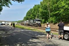 NS 532 at Yatesville, PA (Hank Rogers) Tags: pa pennsylvania laflin yatesville siding rr railroad train ns norfolksouthern 532 train532 6952 ns6952 sunburyline coal coaltrain railfans people