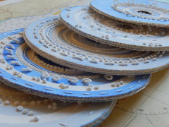(Landanna) Tags: art paper paperart outsiderart handmade embroidery papier paperwork paperplate papir borduren frenchknots backstitch handgemaakt runningstitch buttonholestitch bullionknot paperplateart pistilstitch embroideryonpaper papierenbordje bordurenoppapier broderippapir broderippaptallerken embroideryonapaperplate