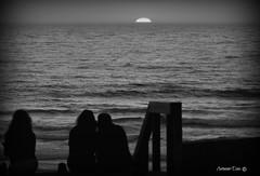 Momentos de silêncio e magia (antoninodias13) Tags: sol praia portugal água faro mar pessoas pb areal algarve oceanoatlântico maresia sentir silhuetas monteclérigo imensidão