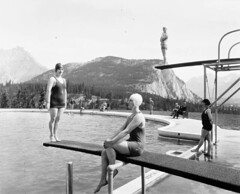 Swimming pool at Banff Springs Hotel, Alberta / Piscine de lhtel Banff Springs, en Alberta (BiblioArchives / LibraryArchives) Tags: canada men pool swimming natation women lac alberta banff hommes femmes piscine bac banffspringshotel departmentofinterior libraryandarchivescanada divingboards bibliothqueetarchivescanada ministredelintrieur plongeoirs htelbanffsprings