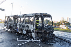 Incendio em onibus Marginal Tiete 12jul2016-64.jpg (plopesfoto) Tags: carros nibus fogo fumaa polcia incndio cet chamas bombeiros marginaltiet passageiros trnsito cobom